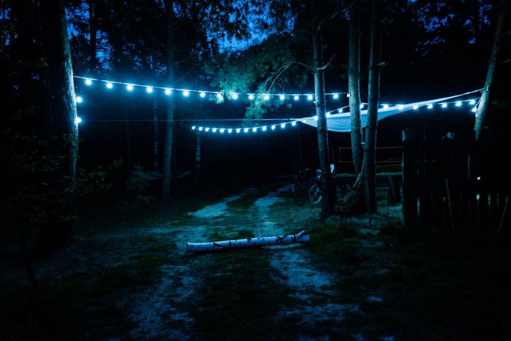 Lampki na zewnątrz w Las Zielone