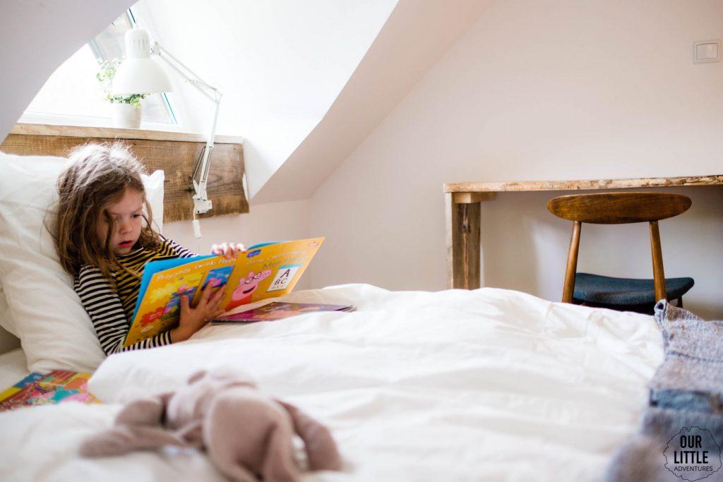 Mania czyta książki w Las Zielone