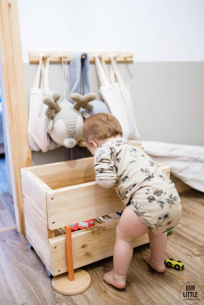 Basia sięga do skrzyni na zabawki