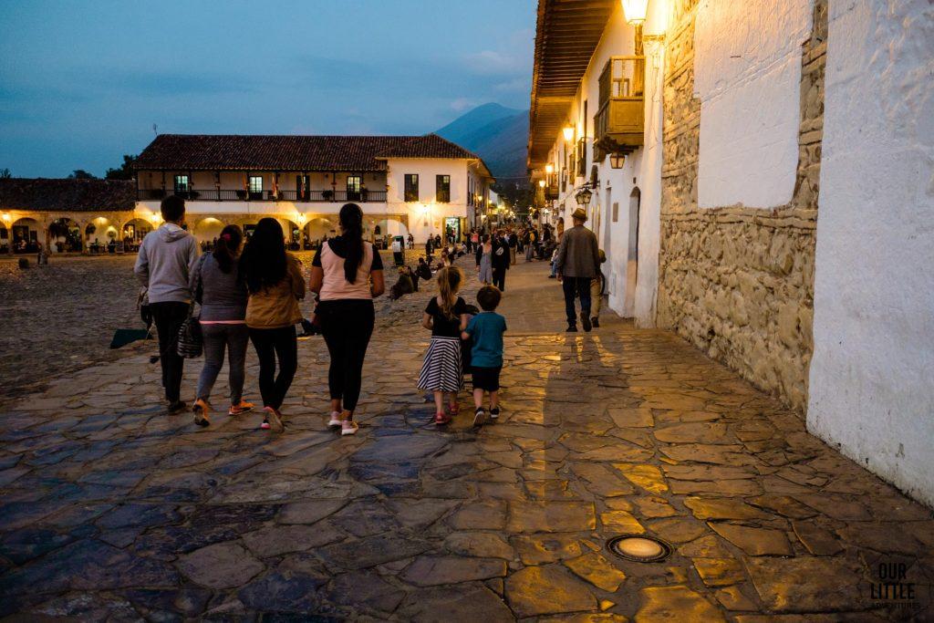 Główny plac w Villa de Leyva wieczorem