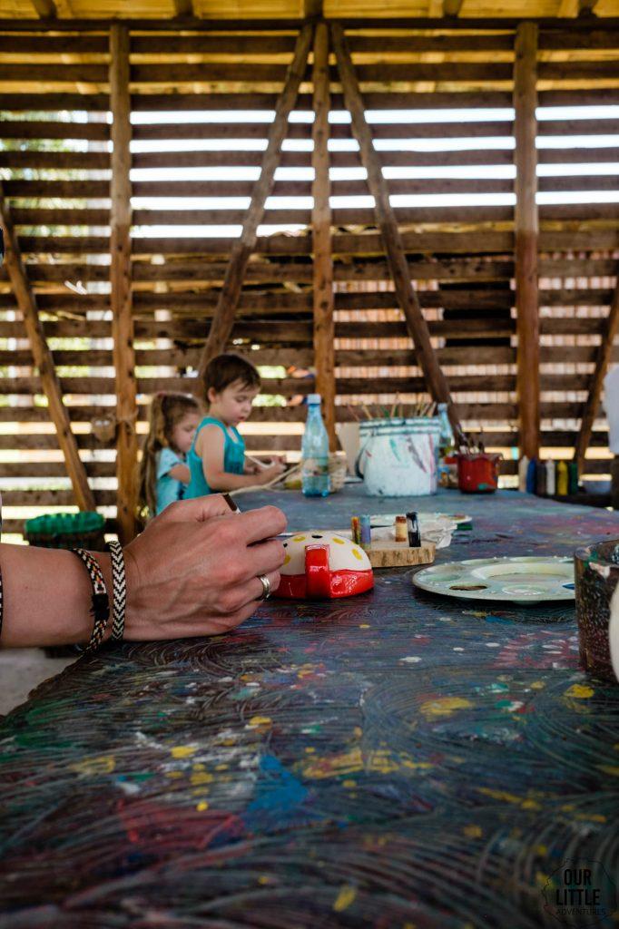 malowanie filiżanek kawy na plantacji kolumbijskiej kawy