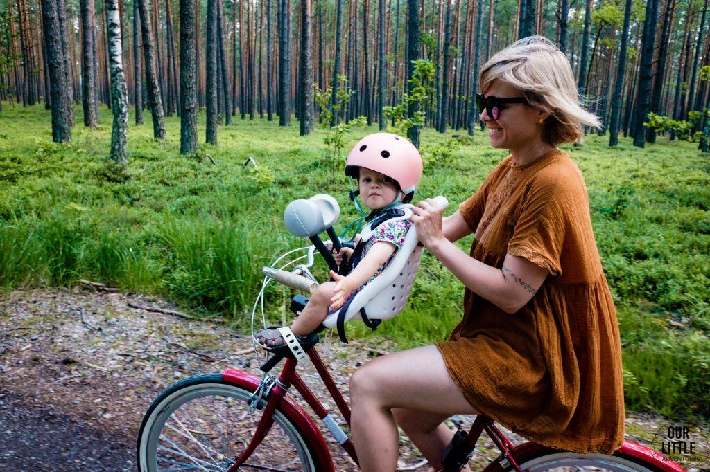 House for Rest - leśny reset w nowoczesnej stodole pod Warszawą, ścieżka rowerowa w Nadbużańskim Parku Krajobrazowym, fotelik przedniThule Yepp Mini