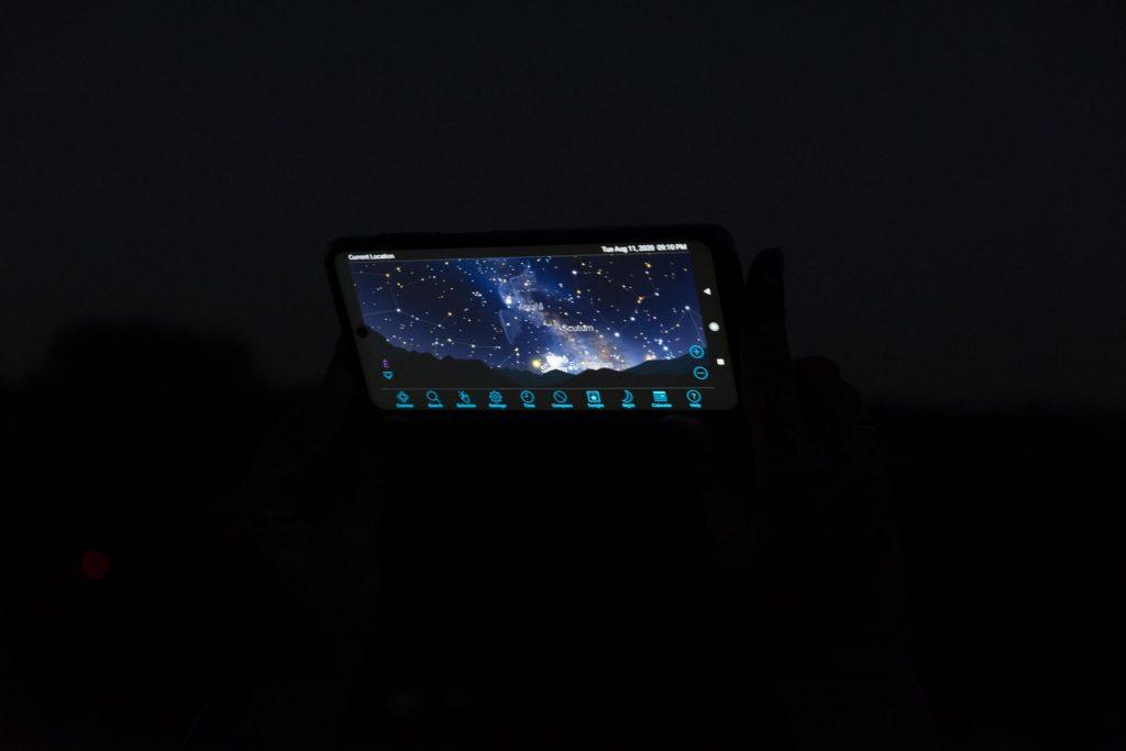 widok nocnego nieba - Noc spadających gwiazd na Górkach Szymona pod Warszawą. aplikacja Sky Safari