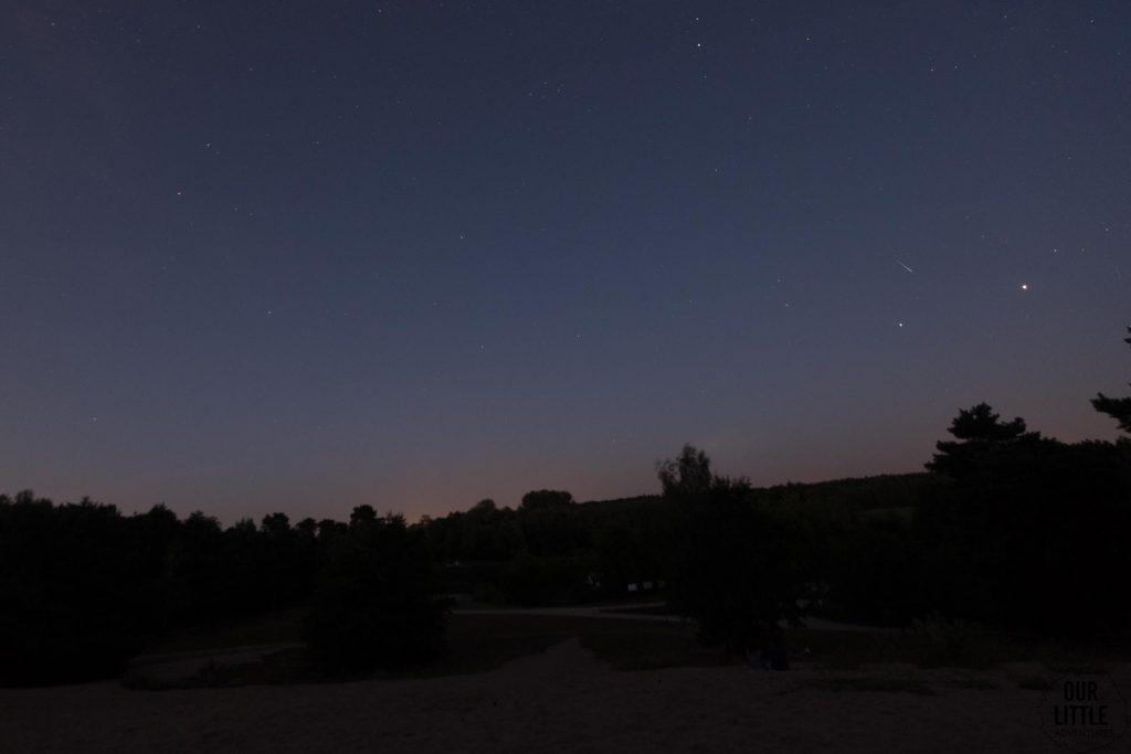 widok nocnego nieba - Noc spadających gwiazd na Górkach Szymona pod Warszawą