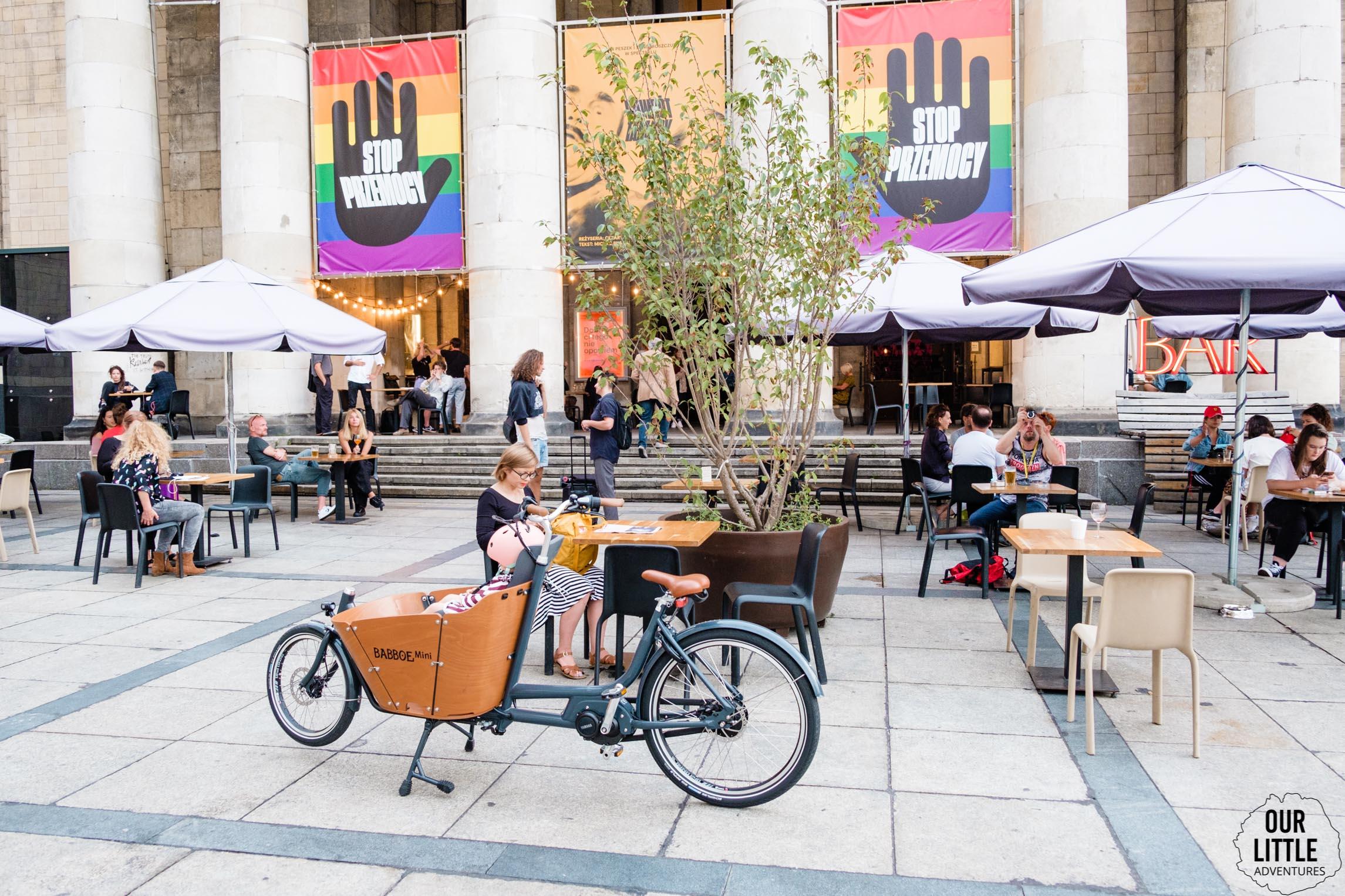 Karolina na rowerze Babboe Mini w centrum Warszawy