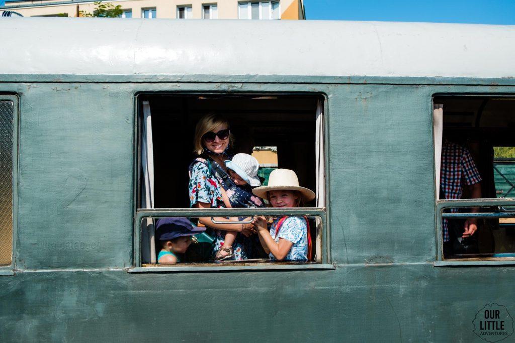 W wagonie pociągu retro w Sochaczewie