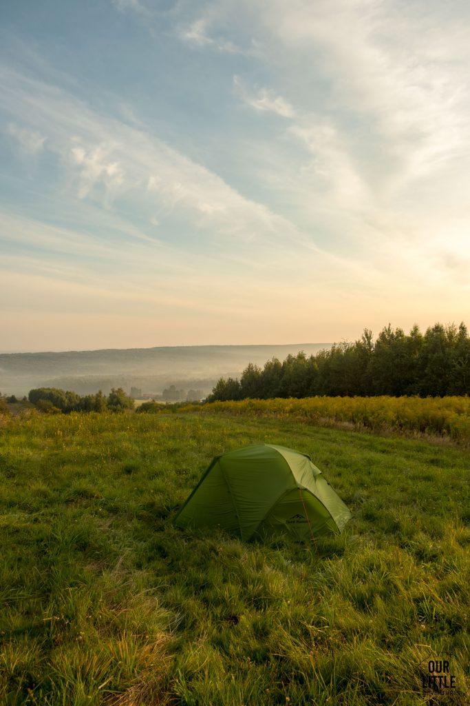 wschód słońca naJasiek na czerwonym głównym szlaku gór świętokrzyskich, nasz namiot