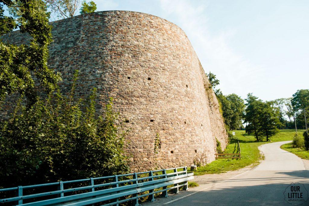 Mur oporowy Ruiny zakładu hutniczego w Bobrzy