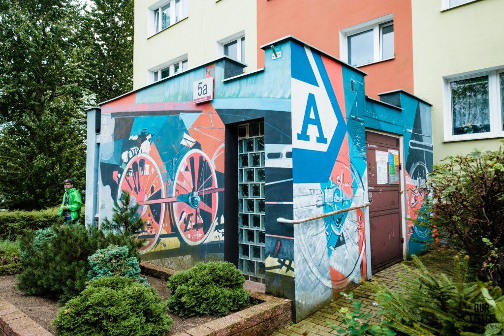 Murale na Zaspie - lokomotywa Brzechwy