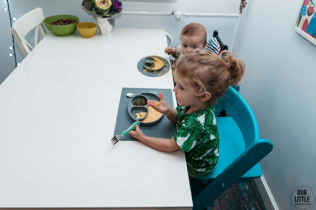 Dzieci jedzą metoda BLW