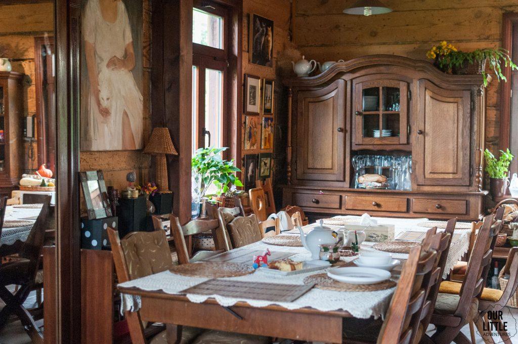 stół w salonie w Domu nad Wierzbami