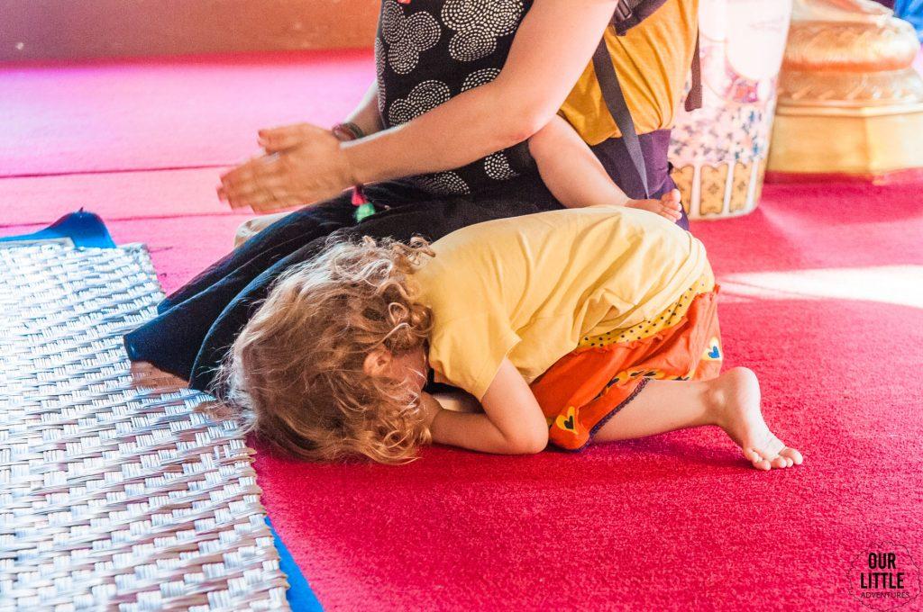 Mania modli się w buddyjskiej świątyni w Chiang Mai
