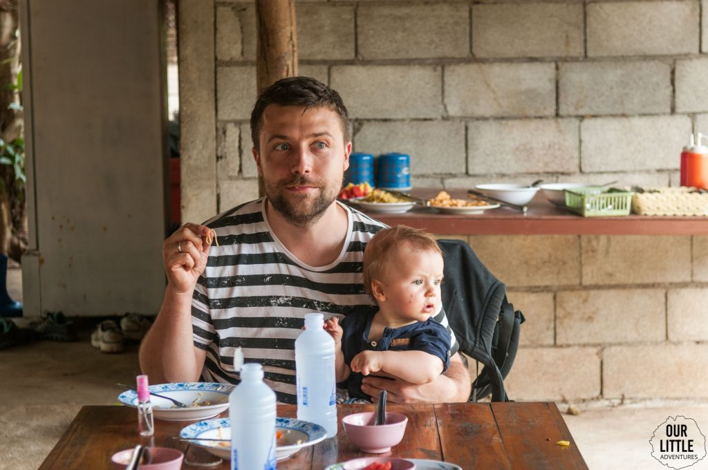 Ojciec z synem jedzą obiad w Tajlandii