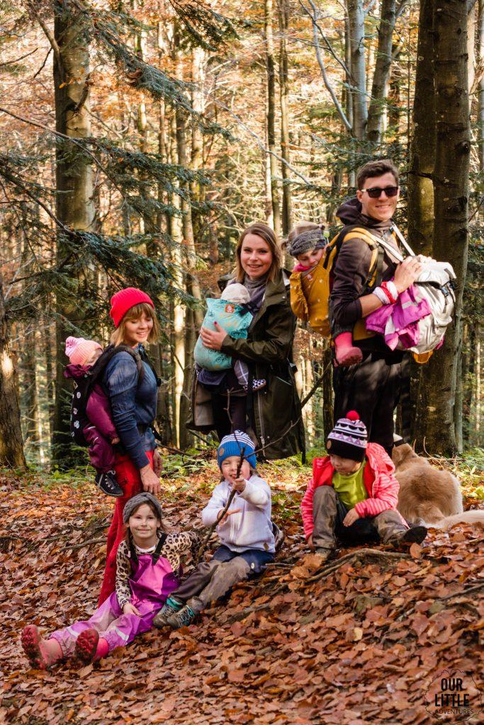 Ekipa na z dziećmi na szlaku na wielkie jasło