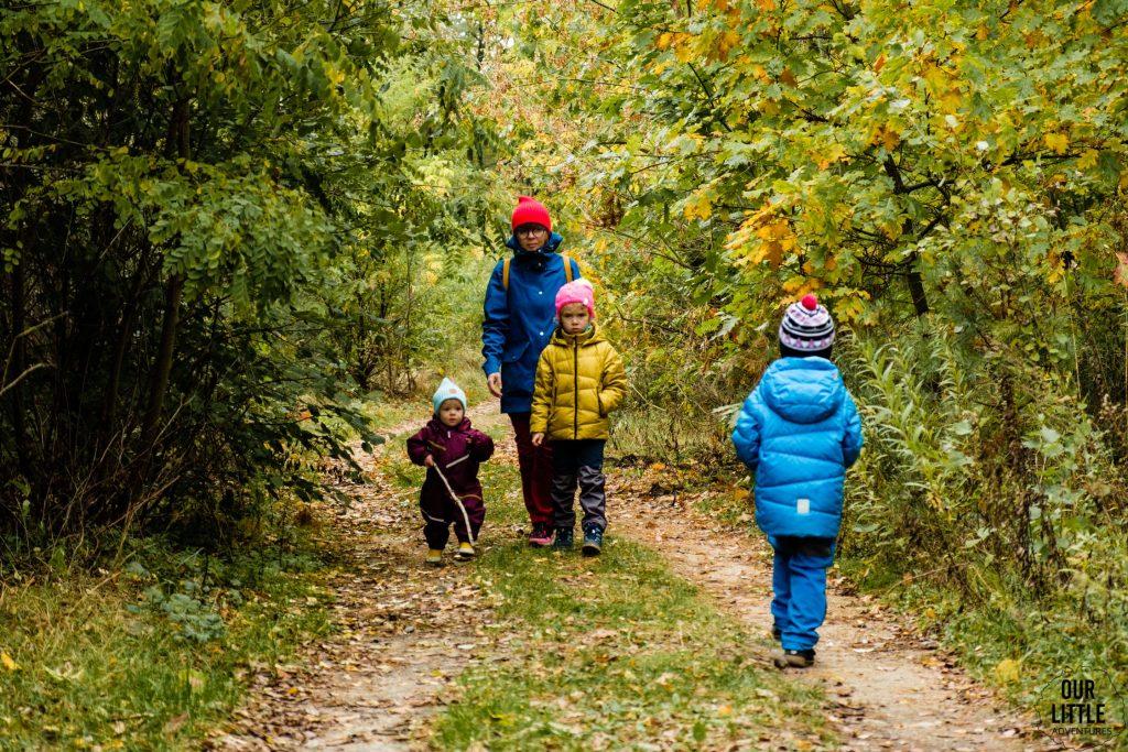 Dzieci z mamą na spacerze