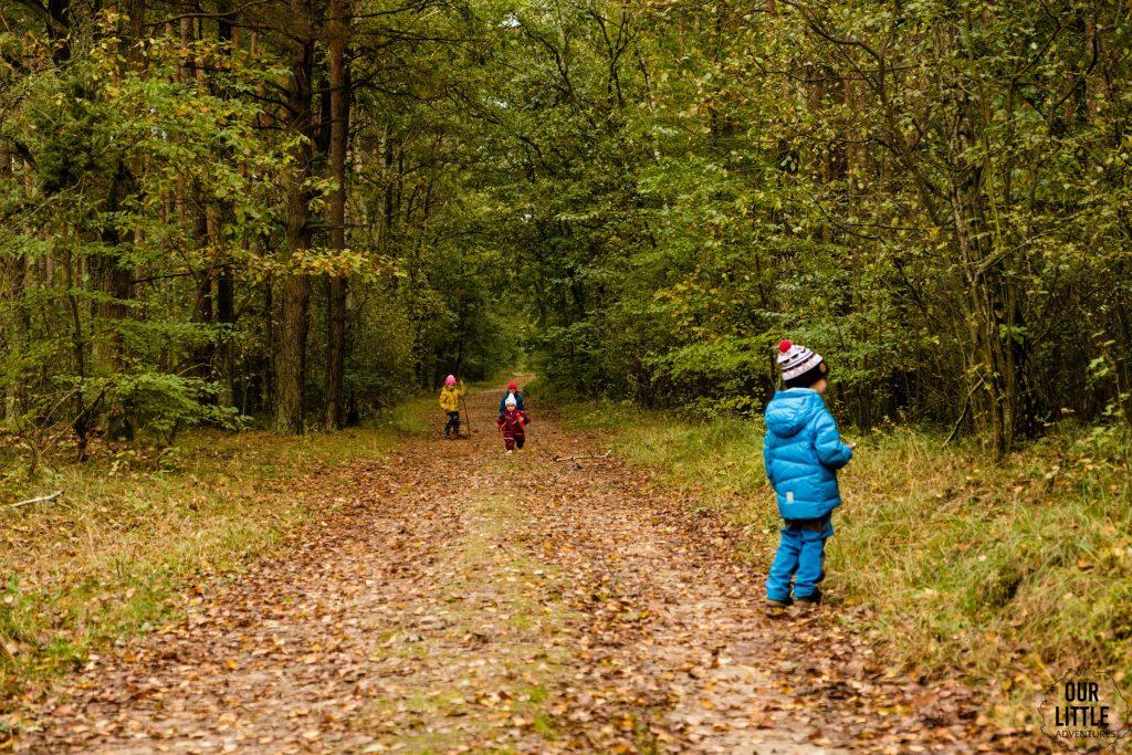 Basia z psem na spacerze w lesie