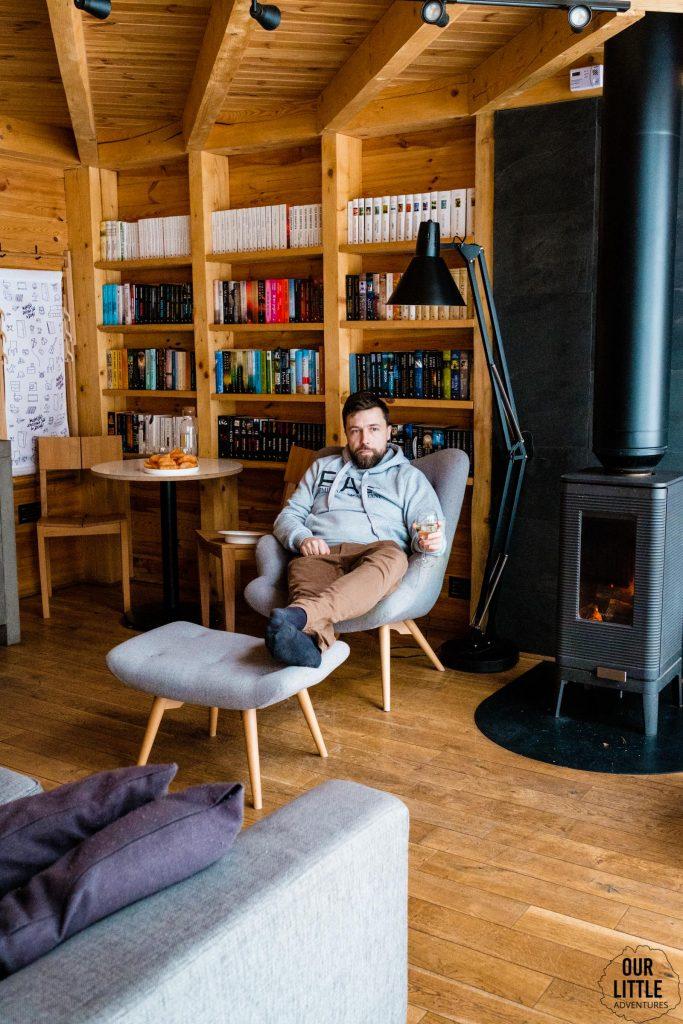 Mario pije wino w bookworm cabin