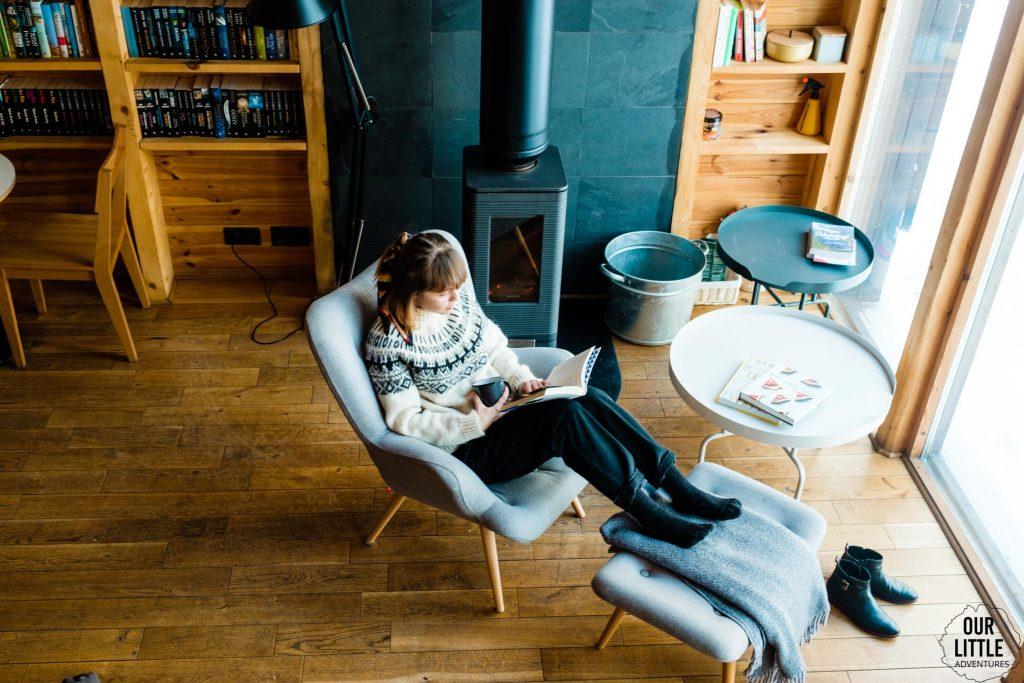 Czytamy książki w bookworm cabin