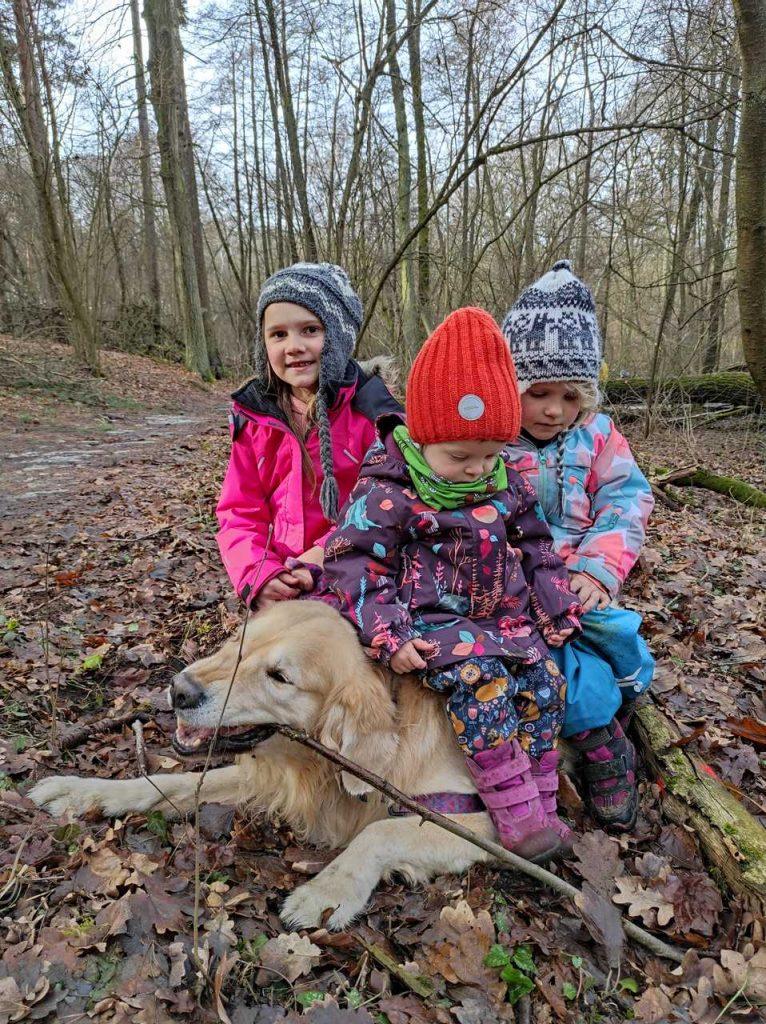 Dzieci z psem w Rezerwacie Meteoryt Morasko