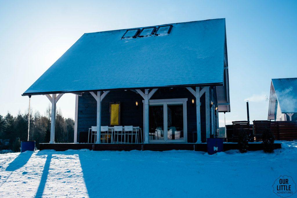 Czaplowisko w zimowej scenerii - domek na Kaszubach