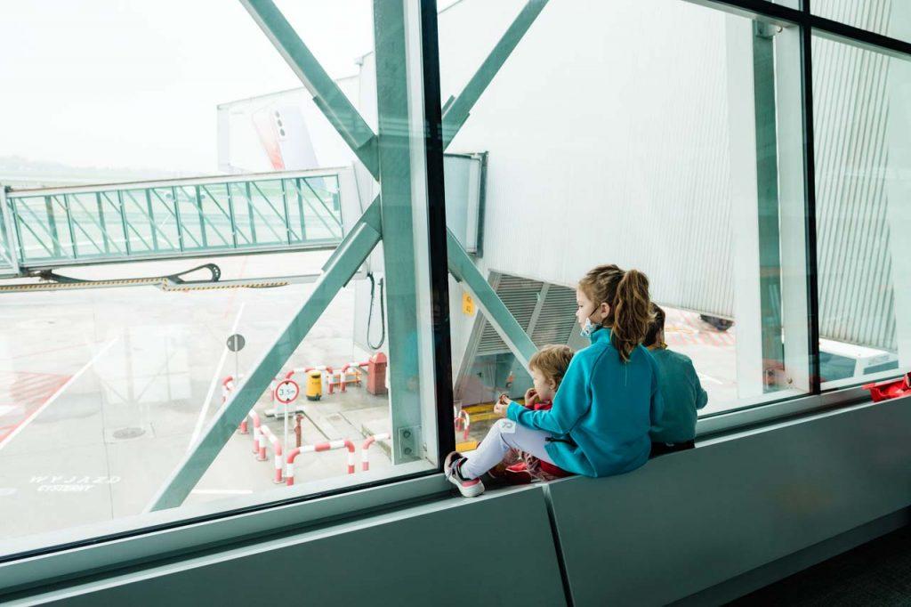 Dzieci na lotnisku Okęcie