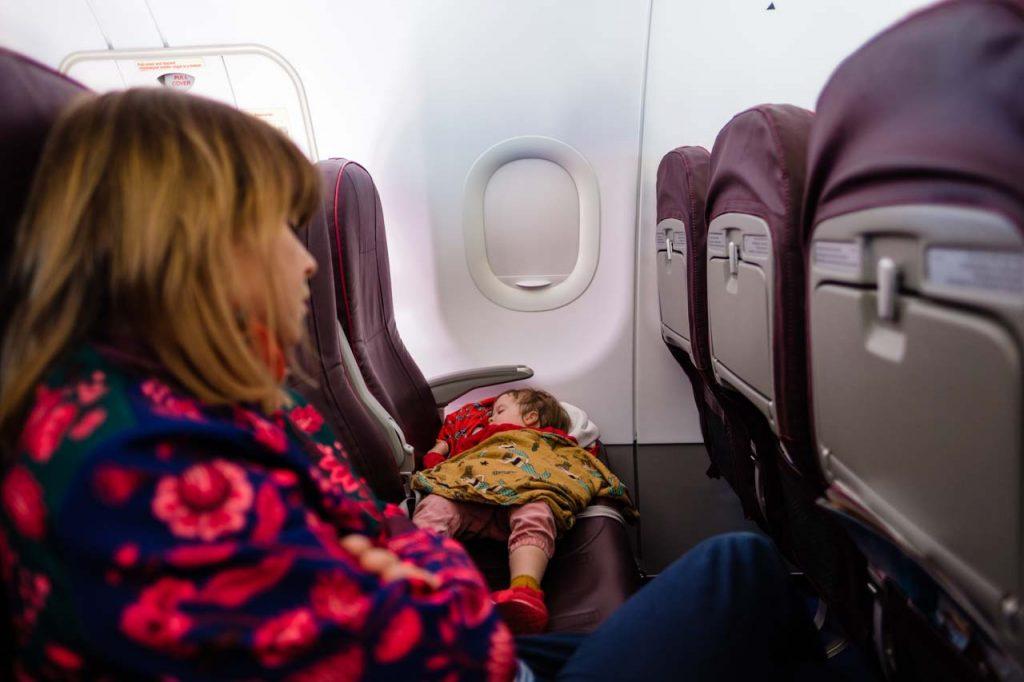 Basia śpiąca w samolocie na siedzeniach w drodze na Teneryfę