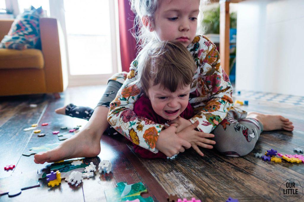 Dzieci się biją o zabawki na podłodze
