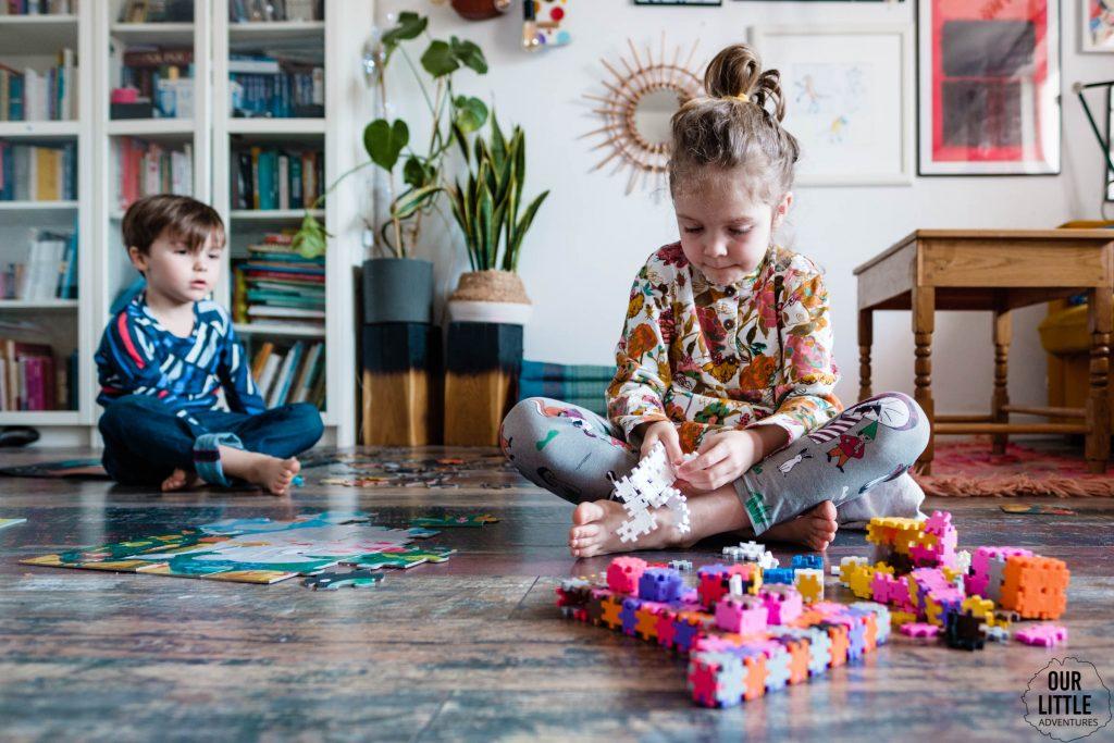 Dzieci układają klocki na podłodze