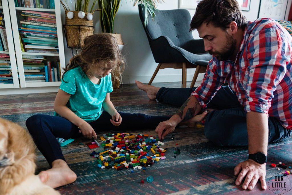 Tata z córką budują z LEGO