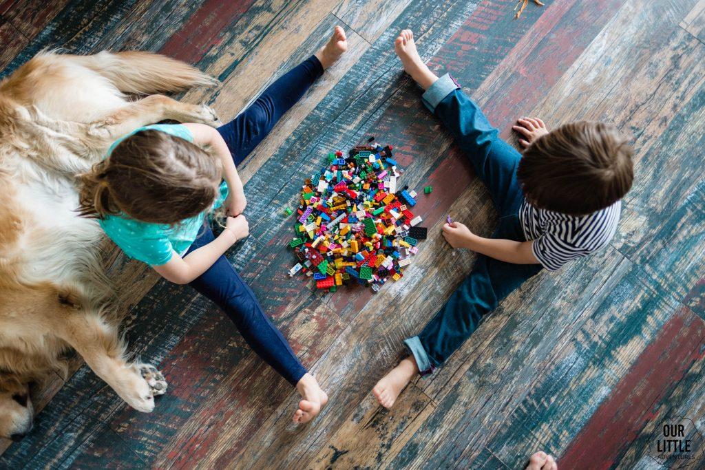 Klocki Lego na podłodze