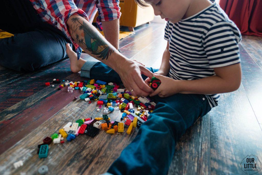 Tata buduje z synem LEGO