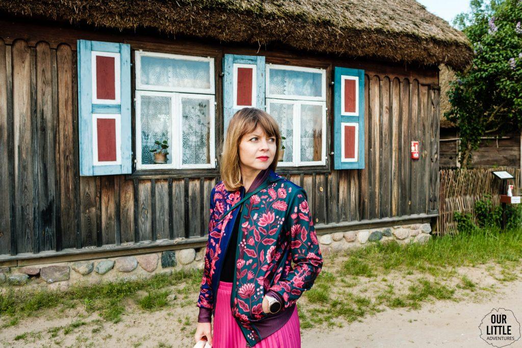 Muzeum Wsi Mazowieckiej w Sierpcu - jednodniowa wycieczka z Warszawy - Our Little Adventures, kobieta w bomberce Cacofonia Milano