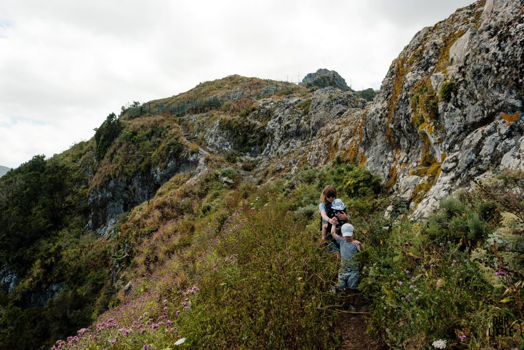 Rodzina na szlaku Roque de Toborno podczas trekkingu na Teneryfie