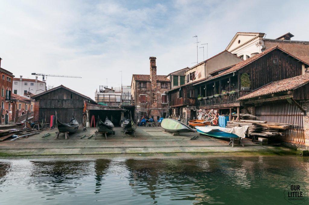 widok na warsztat naprawiający gondole w Wenecji