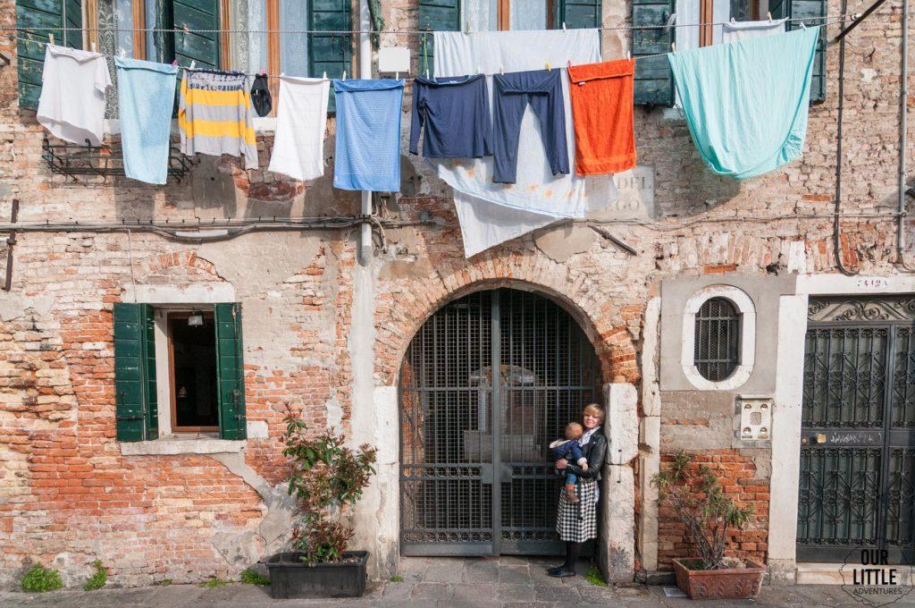 Wiszące pranie na sznurkach na ulicach Wenecji
