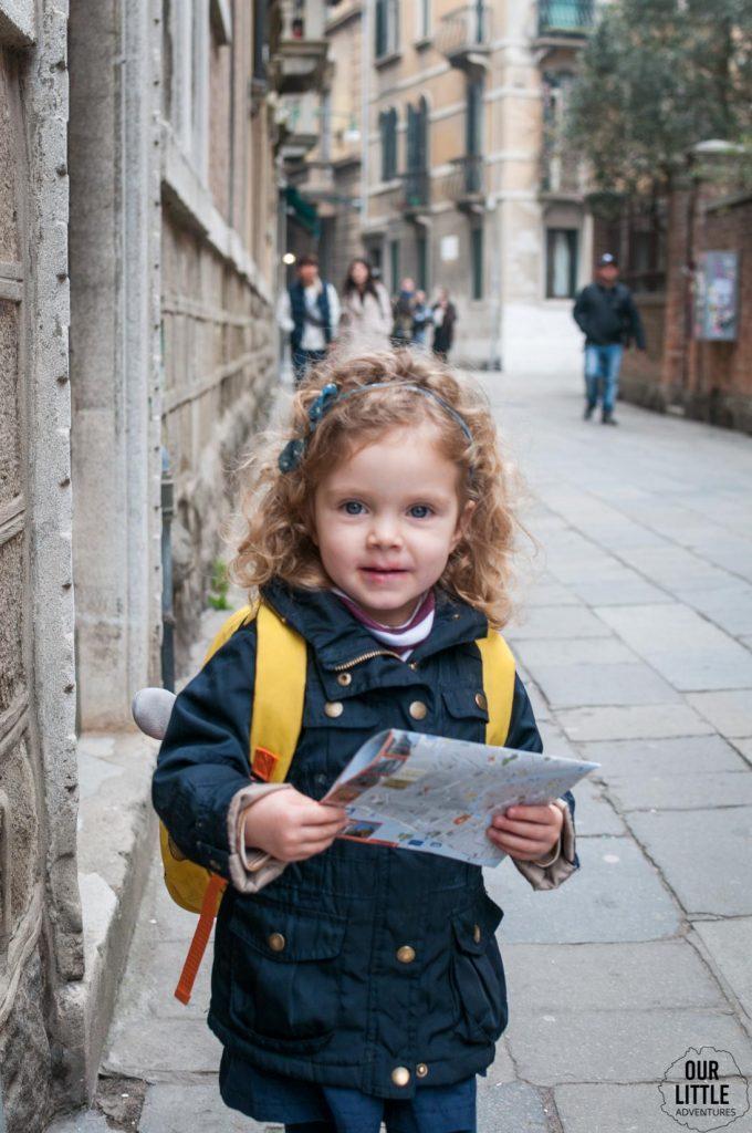 Dziewczynka z mapą w Wenecji