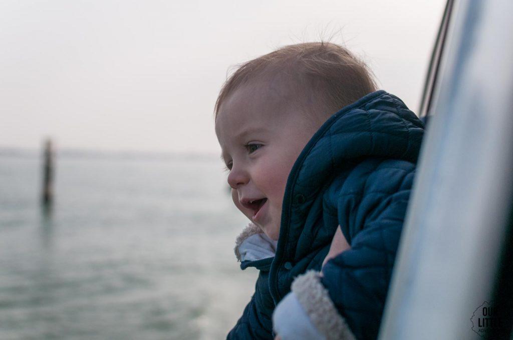 Dziecko w tramwaju wodnym w Wenecji