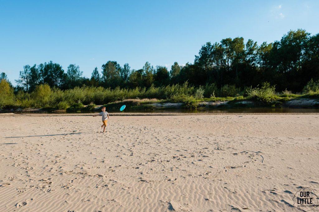 Frisbee na plaży w CIszycy