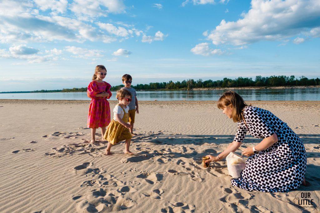 Zbijanie puszek na plaży nad Wisłą