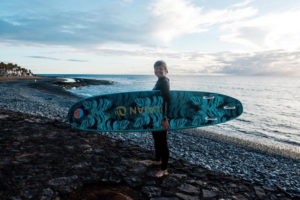 Kobieta z deską surfingową, Teneryfa, Our Little Adventures