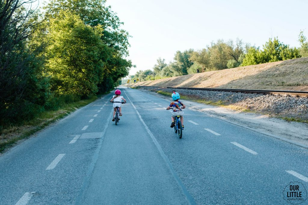Dwójka dzieci ściga się na lekkich rowerach - Woom 4 oraz Squish 18