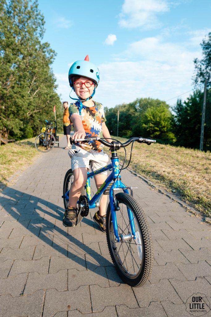 pięciolatek na lekkim rowerze jedzie w kasku
