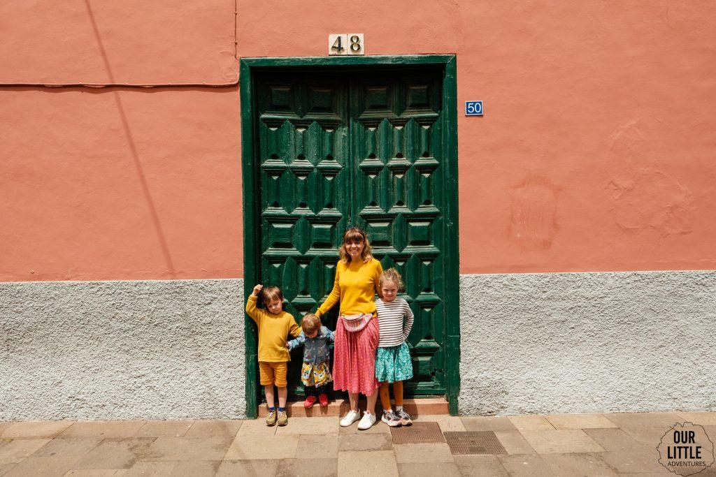 Rodzina na spacerze po La Lagunie na Teneryfie