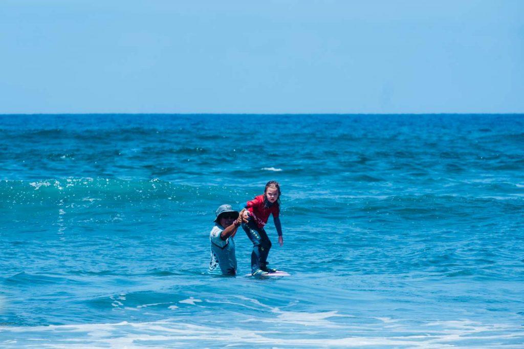 Marianka podczas pierwszej lekcji surfingu, Teneryfa z dzieckiem, Our Little Adventures