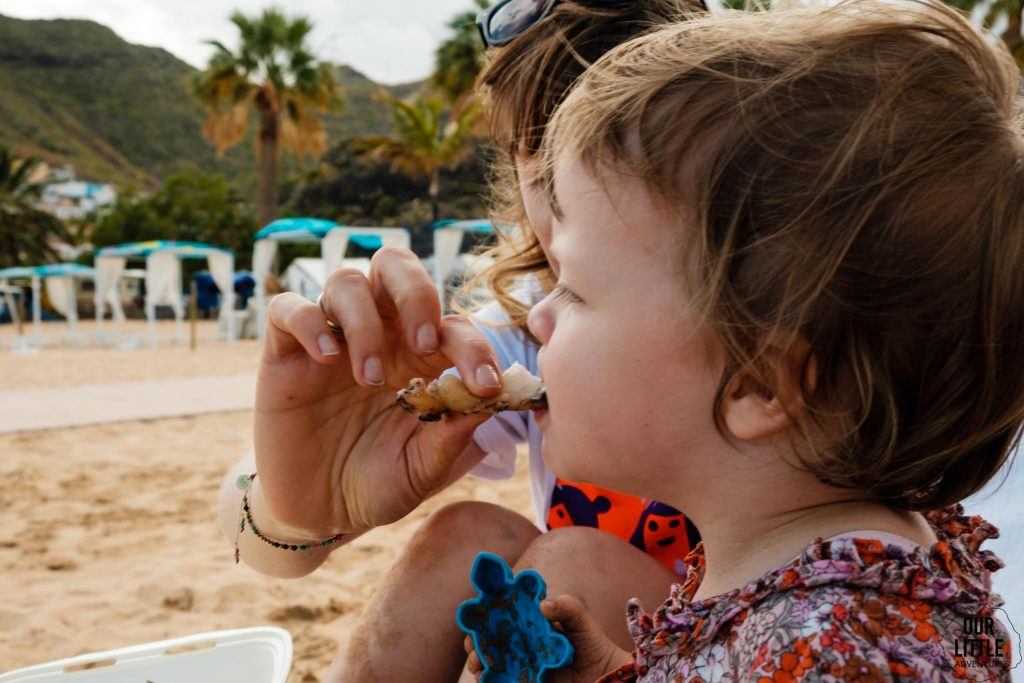 Dziecko je el choco na plaży w las teresitas