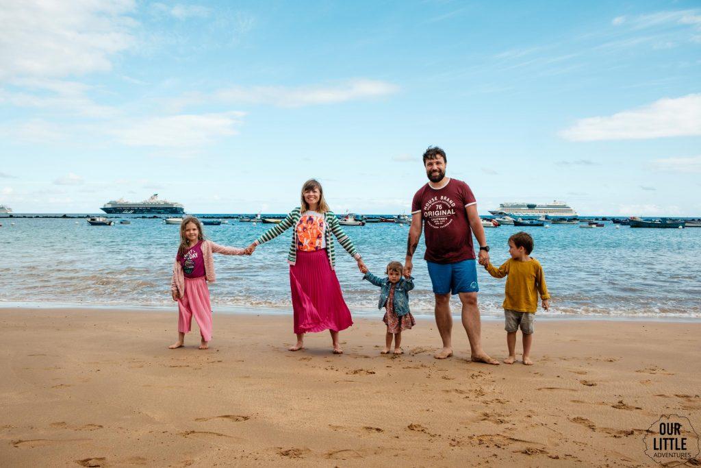 Rodzina na plaży Las Teresitas na Teneryfie