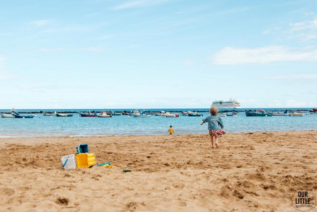 dzieci bawią się na plaży las teresitas na teneryfie