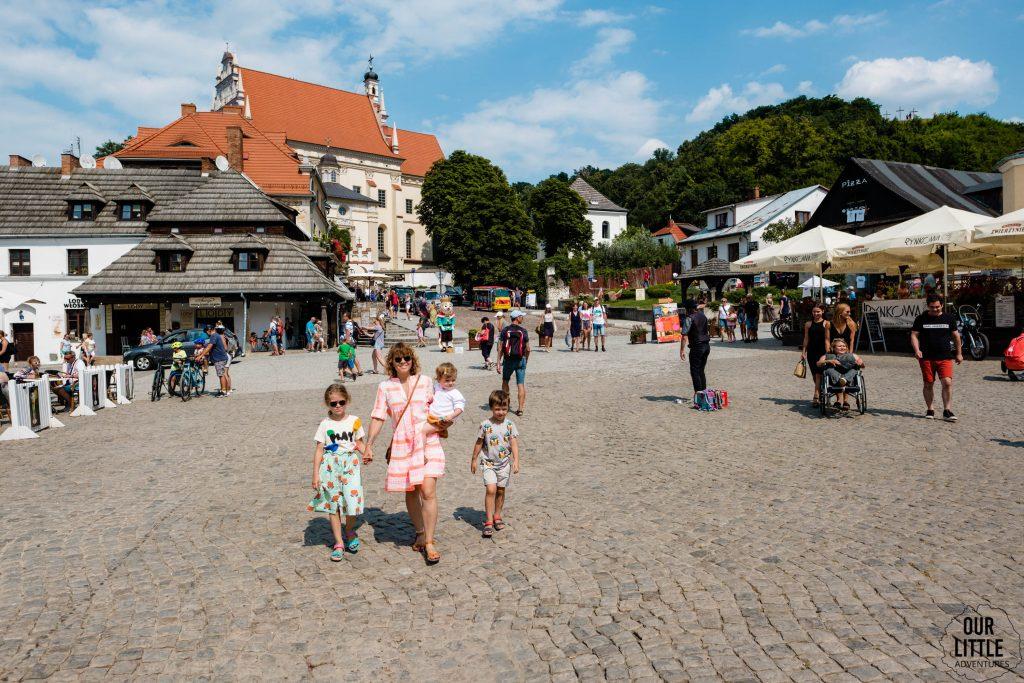 Nie kupię Ci tego, bo...Wakacyjne zachcianki dzieci - Our Little Adventures, Na zdjęciu kobieta z trójką dzieci w Kazimierzu Dolnym na Rynku