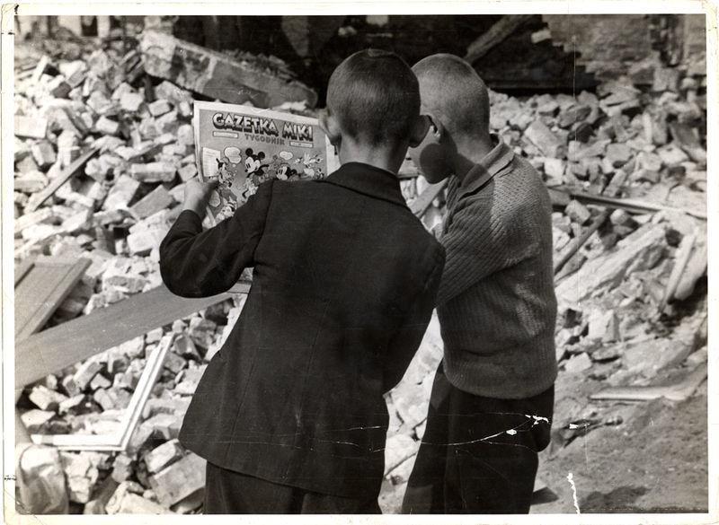 Chłopcy czytający Gazetkę Miki fot. Julien Bryan, 1939 rok, ruiny Warszawy - komiksy dla dzieci - Our Little Adventures