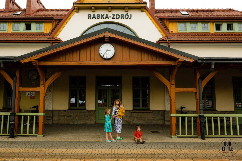 Rabka Zdrój atrakcje dla dzieci, budynek Dworca Kolejowego, Our Little Adventures